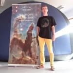 Promotor Radosław przed planetarium