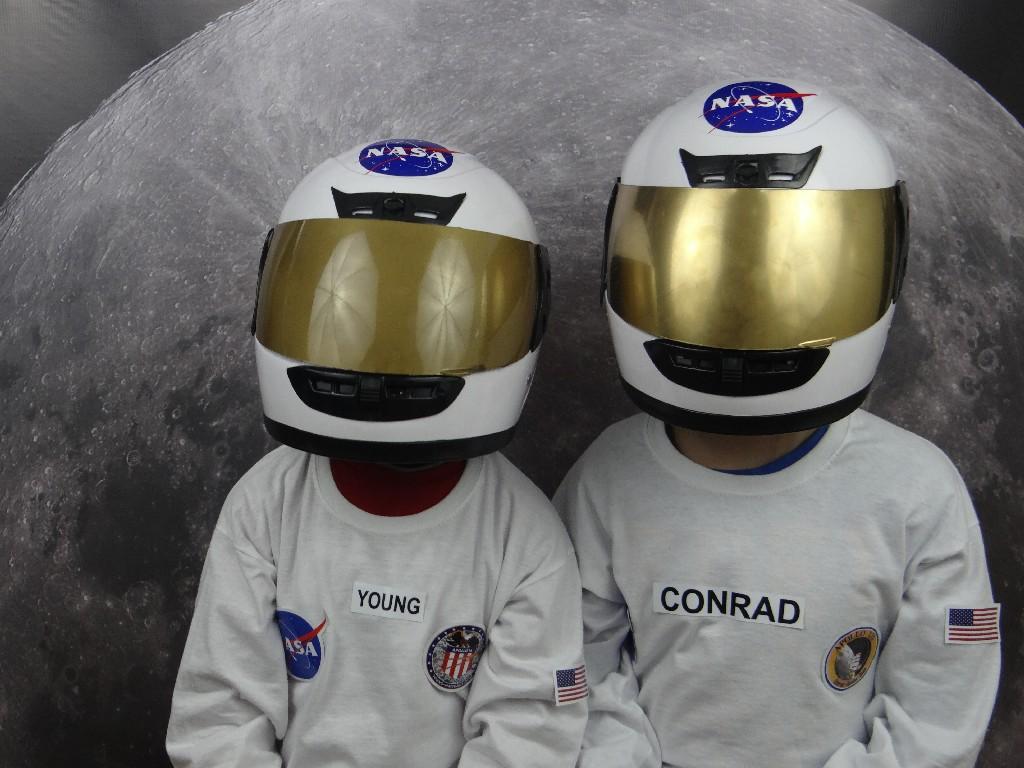 Uczniowie przebrani za astronautów w przenośnym planetarium Astro Arena