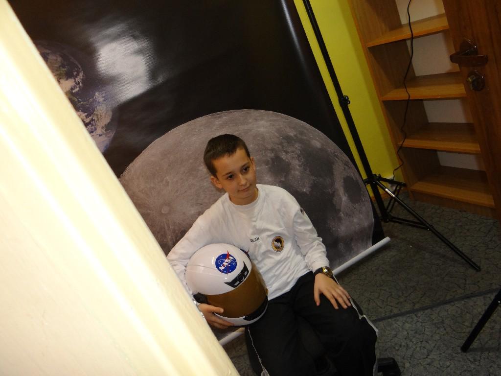 Sesja zdjÄ™ciowa w przebraniach kosmicznych w planetarium mobilnym Astro Arena
