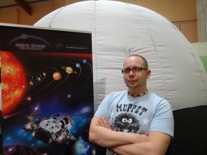 animator w przenośnym planetarium